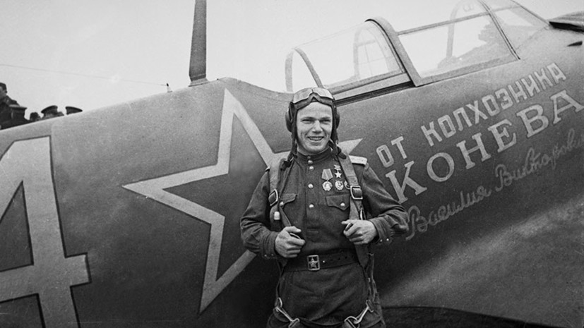 Иван Кожедуб возле своего самолёта